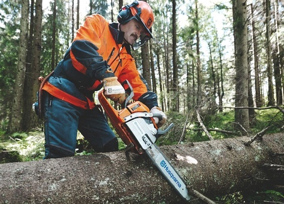 Use the chainsaw properly to avoid accidents